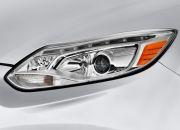 Đèn pha với bóng HID và projector trên phiên bản Titanium+ sedan 4 cửa và Sport+ hatchback 5 cửa. Cụm đèn này được trang bị thêm một dải LED ở phía trên mi mắt