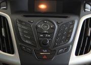 Hệ thống điều hòa tự động trên bản Titanium+ sedan, có 2 chức năng sưởi và làm lạnh. Các phím điều khiển và núm xoay được thiết kế khá đẹp và hiện đại. Bề mặt phím to, kí hiệu rõ ràng và bấm khá êm tay. Tất cả tạo nên một cảm giác điều khiển \