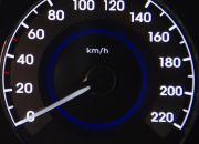 Đồng hồ đo vận tốc bên phải với đèn LED nền màu trắng.