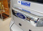 Cửa sau được thiết kế với tay cầm mạ crôm kết hợp với logo hình oval của Ford và đèn chiếu sáng biển số xe. Ford vẫn giữ nguyên kiểu thiết kế mở cửa sang 1 bên chứ không mở lên trên như các loại xe khác, mặc dù rất nhiều khách hàng cho rằng cửa mở sang 1 bên khá bất tiện vì nó choáng đường đi, khi khiên đồ nặng mà phải đi vòng qua nó thì chỉ muốn . . . gỡ luôn cái cửa