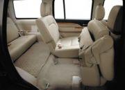Hệ thống gập một chạm Synchronic của hàng ghế thứ hai giúp cho hành khách ra/vào xe dễ dàng hơn.
