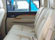 Hàng ghế sau rộng rãi, 3 người lớn có thể ngồi một cách thoải mái, mặt nệm dày và êm, phiên bản Limited AT được trang bị ghế da khá sang trọng, phiên bản XLT 4x4 có giá cao nhất thì lại chỉ được trang bị ghế nỉ.