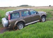 Một đặc khá lạ lẫm trong ngoại thất của Everest, đó chính là chắn bùn tiêu chuẩn theo xe. Ford Việt Nam chỉ gắn tấm chắn bùn trên vè trước của chiếc xe, còn vè sau thì Ford  . . . không gắn.  Chắc co lẽ họ muốn sình và nước bắn lên phần đuôi một tí để làm tăng vẻ