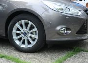 Bộ la-zăng của Ford Focus 2012 không mới, tuy đã được sử dụng trên những chiếc xe Ford đời trước nhưng lại rất phù hợp với dáng xe mới. Hơn nữa, Ford còn sẵn sàng cung cấp rất nhiều bộ la-zăng để khách hàng lựa chọn. Đây sẽ là điểm cộng rất lớn cho Ford Focus 2012 trong việc cạnh tranh. Bởi với chiến dịch One Ford của mình, toàn bộ thể giới sẽ có chung một phiên bản Ford Focus 2012, việc thay đổi la-zăng không làm thay đổi kế hoạch của hãng, mà lại thời trang hơn, như một thiếu nữ thay đổi giày cao gót trong mỗi bữa tiệc vậy. Trong hình là mâm xe hợp kim 16inch đa chấu trên phiên bản Titanium+.