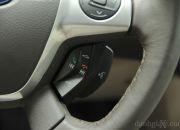 Phím điều chỉnh hệ thống Ford Sync trên vô-lăng. Chỉ cần ra lệnh và hệ thống SYNC sẽ tìm và bấm số trên chiếc điện thoại có tính năng Bluetooth® của bạn, bật các bản nhạc mà bạn yêu thích trên máy nghe nhạc MP3, chuyển kênh radio hay điều chỉnh nhiệt độ của hệ thống điều hòa. Tất nhiên, khi sử dụng chức năng này, bạn phải
