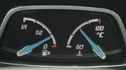 2 đồng hồ nhỏ dạng cơ hiển thị lượng xăng còn lại trong bình và nhiệt độ máy.