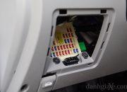 Phía dưới bến trái dàn tablo là một hộc nhỏ, bên trong chứa các đầu dây cầu chì của toàn bộ hệ thống điện trong xe.