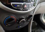 Các núm xoay và phím bấm được thiết kế đơn giản nhưng sang trọng và hòa hợp với nội thất xe.