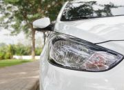 Đèn pha được cách điệu với những đường nét uốn lượn mang đậm chất Hyundai. Bóng đèn là dạng Halogen, hộc đèn chia làm 2 ngăn: đèn pha/cốt và đèn xi-nhan.