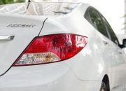 Cụm đèn hậu dạng LED được thiết kế khá đơn giản, đuôi đèn được kéo dài về phía trước nhằm tạo sự hòa hợp với đường gân thân xe.