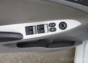 Các phím điều khiển kính và chỉnh gương được bố trí ở phần tựa tay của người lái.