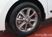 Xe trang bị lazang hợp kim 14'' có thiết kế chắc chắn đi kèm lốp xe có kích thước 165/65 R14