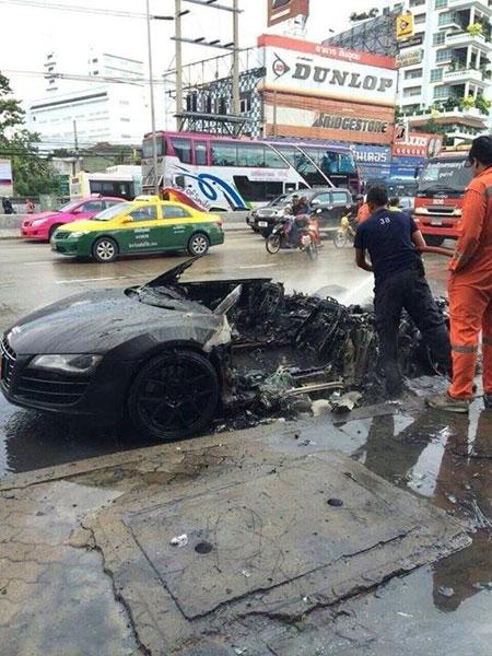 Siêu xe Audi R8 hư hỏng nặng sau khi bắt lửa ở khoang động cơ.