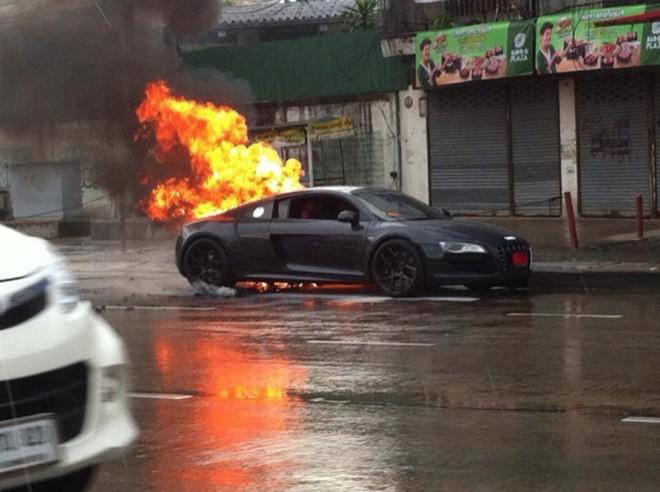 Trong khi đó, ở châu Á, nơi cách xa Rumani cả chục ngàn kilomet, siêu xe Audi R8 cũng gặp một tai nạn trớ trêu. Siêu xe trang bị động cơ V10 đã bốc cháy dữ dội ở khoang động cơ. Đám cháy xảy ra trong một ngày mưa tại Băng Kok, Thái Lan. Cơn mưa nhỏ cũng không thể cứu chiếc xe khỏi cảnh cháy rụi.