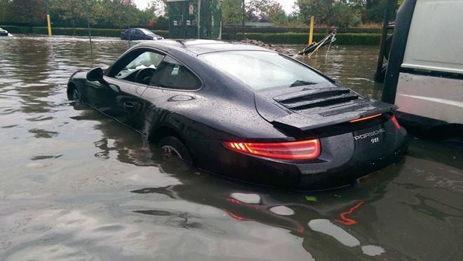 Tuy nhiên, những hoàn cảnh trớ trêu mà cỗ máy đắt tiền này gặp phải cũng là một mối quan tâm, không phải vì thích thú mà vì sự tiếc nuối, như trường hợp của mẫu xe thể thao Porsche 911 ngập trong nước lũ tại Constanta, Rumani.