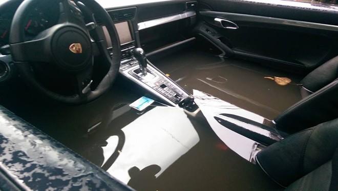 Chiếc Porsche 911 nằm giữa đường, bị bao quanh bởi nước lũ, thậm chí nước đã tràn cả vào bên trong cabin xe. Mực nước cao gần đến bảng táp lô của xe, nên phần nội thất và nhiều chi tiết khác của mẫu xe thể thao này chắc chắn sẽ bị hư hỏng nặng. Chủ nhân của chiếc xe này có lẽ chỉ còn biết trông chờ vào sự ứng cứu của công ty bảo hiểm khi cơn lũ đi qua.