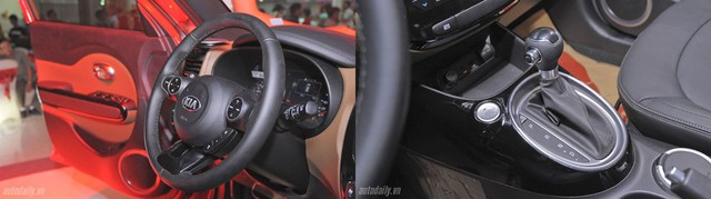 Các nút bấm trên vô-lăng khá rõ ràng. Đặc biệt là cụm loa nghe nhạc thiết kế bắt mắt, sang trọng. Nút khởi động start/ stop thiết kế cạnh cần số cũng phần nào làm liên tưởng đến cách bố trí trên các xe Audi.